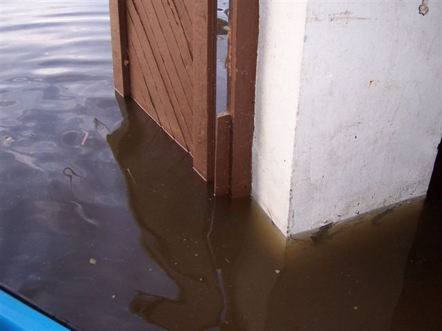 Motorboothalle unter Wasser