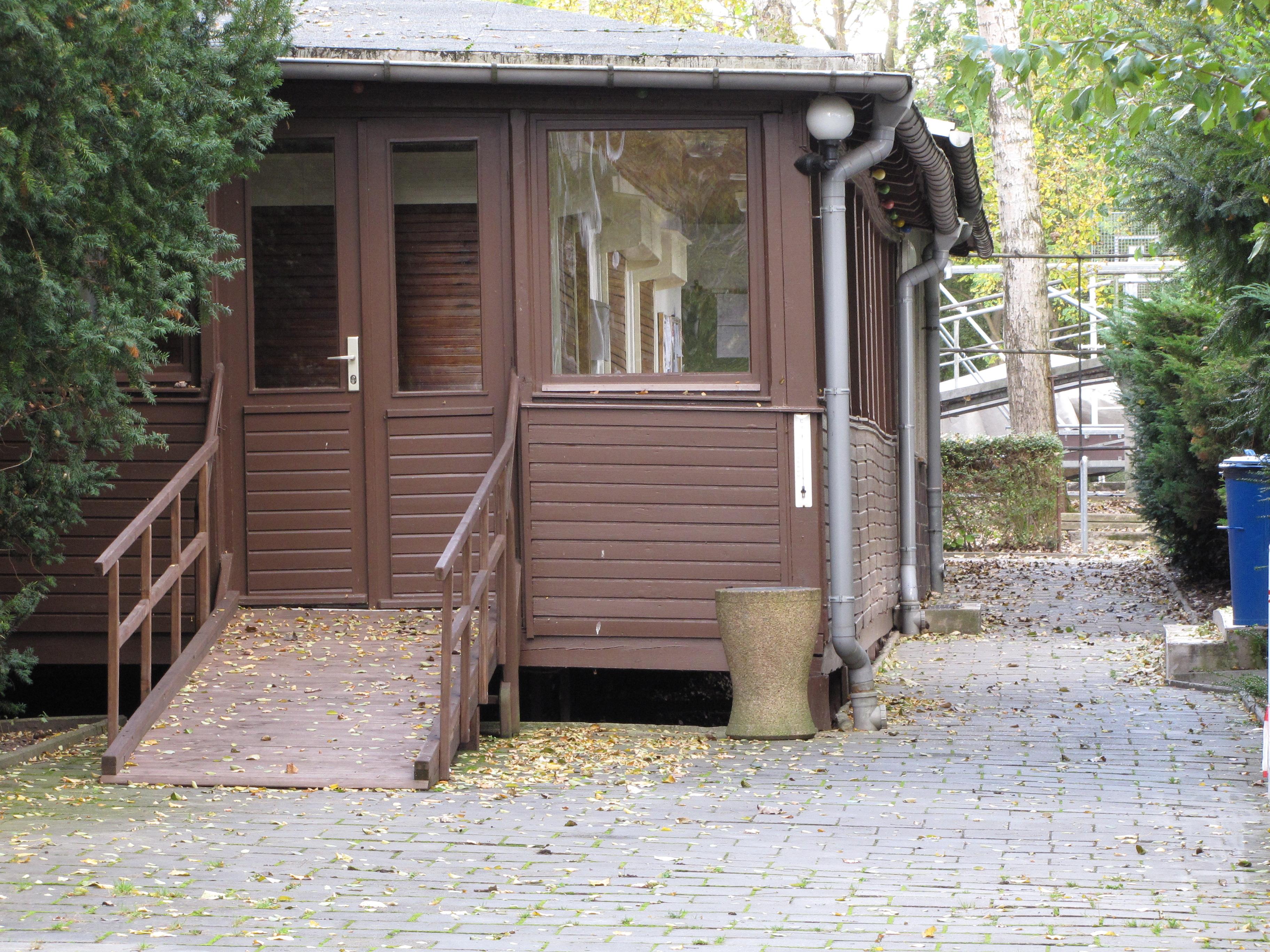Rollstuhlrampe in altes Clubhaus, zu den Umkleideräumen