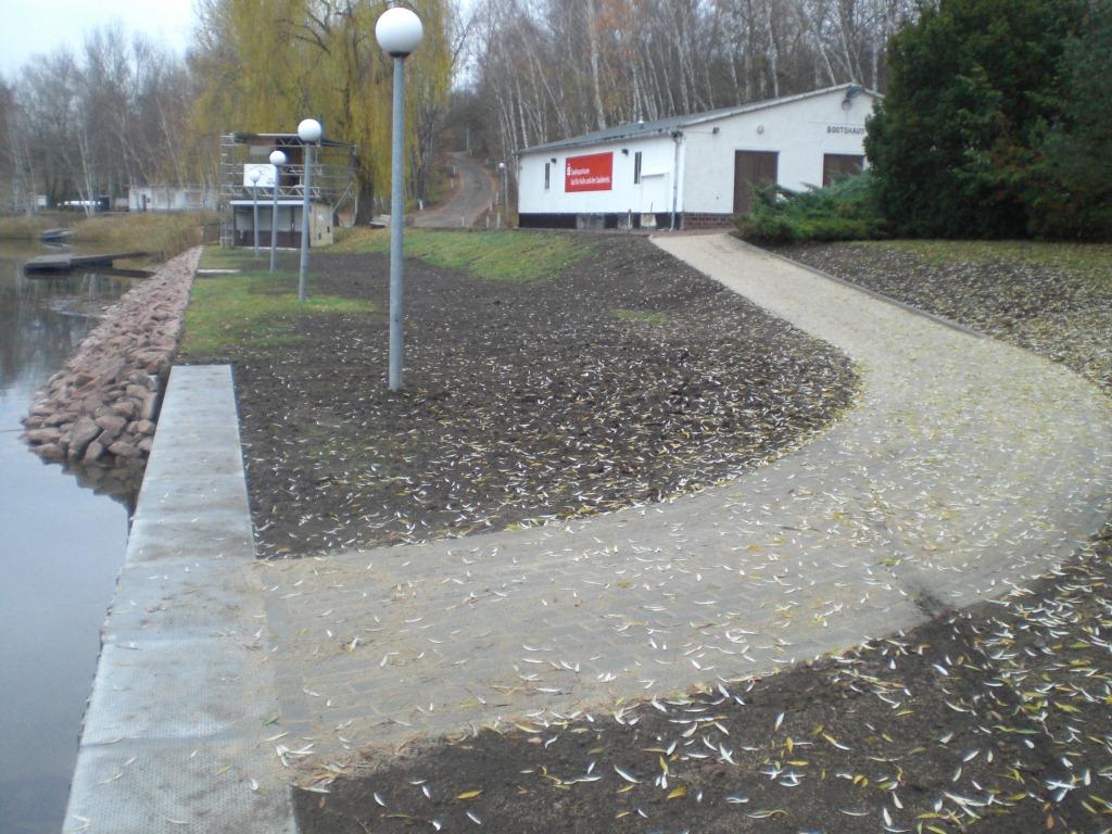 Rollstuhlweg von der Bootshalle zum Steg/Ufer