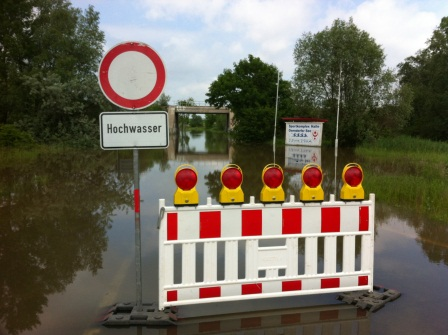 Hochwasser am Osendorfer See und der Straße am Tagebau