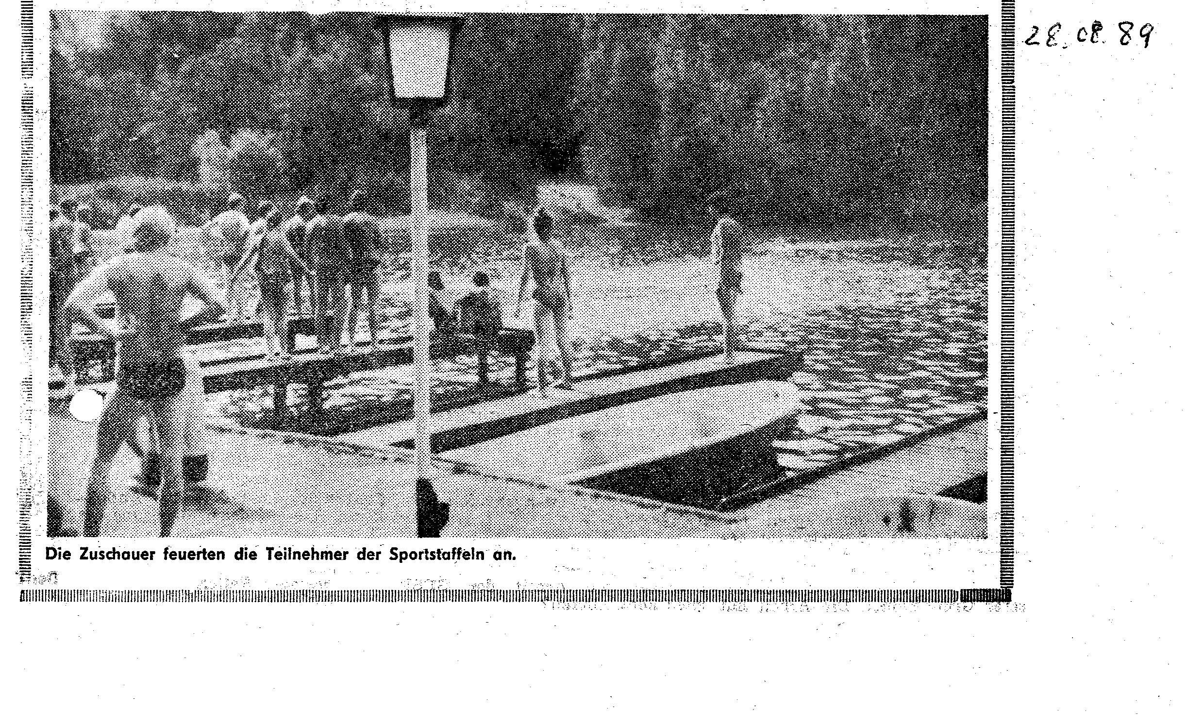 1989-08-28 Die Zuschauer feuerten die Teilnehmer der Sportstaffeln an